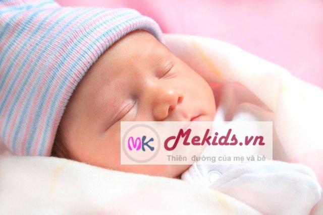bé sơ sinh ngủ đúng cách